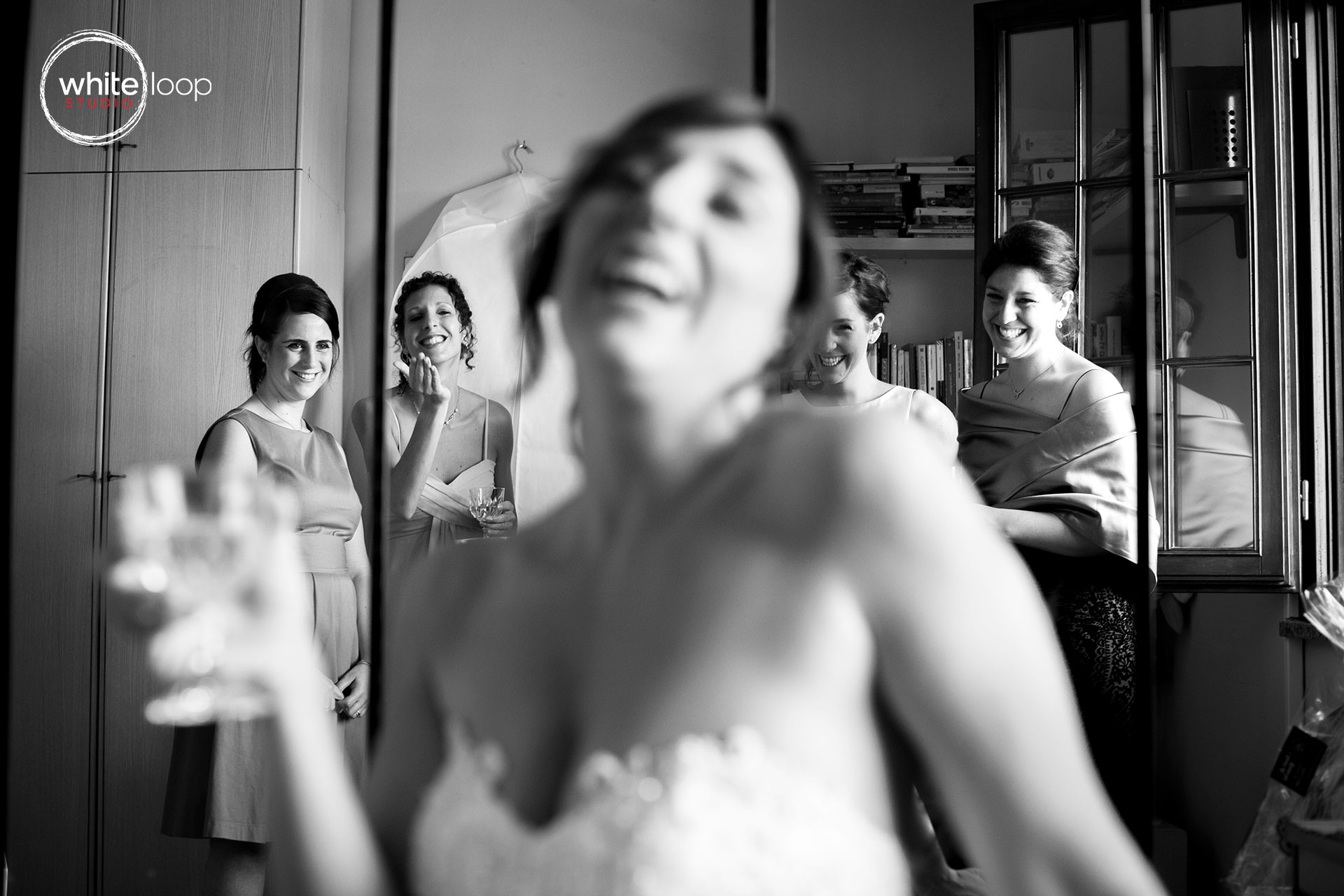 The bride is lighthearted while his close friends admire the beauty ready.