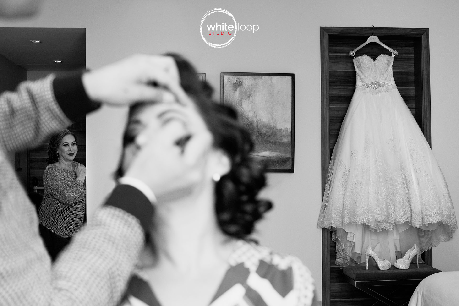 They begin of the make up to the bride while her mother appreciated on the background her daughter getting ready.